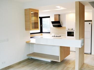 Biała kuchnia + jasne drewno