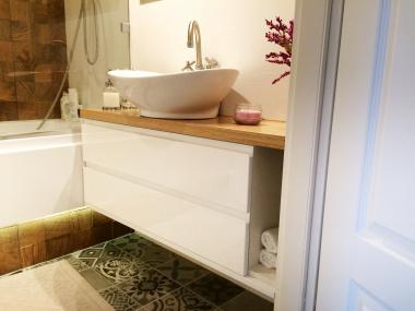 Biała łazienka z fornirowanym blatem