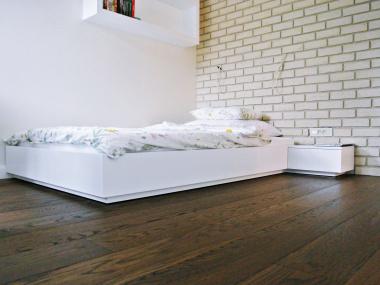 Białe łóżko z szafką nocną