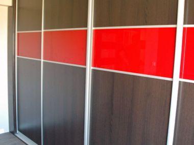 Garderoba: szafa ze wstawkami lakierowanego szkła