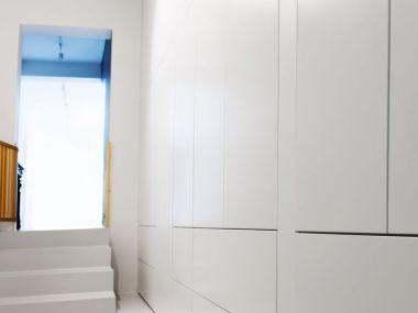 Biała zabudowa: garderoba