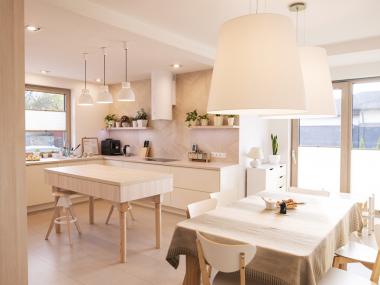 Kuchnia : jasne drewno i biel