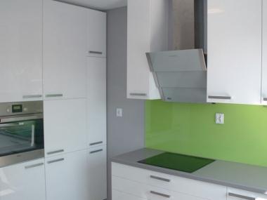 Kuchnia biała z zielonym szkłem