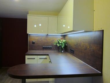 Kuchnia, płyta szklana, drewniana osłona