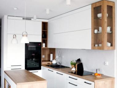 Kuchnia biały półmat + płyta drewnopodobna