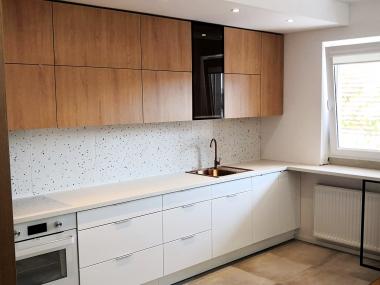 Kuchnia biel + ciepłe drewno