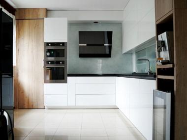 Kuchnia biel, drewno i czerń