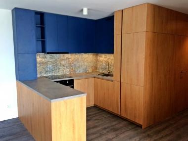 Kuchnia fronty drewnopodobne + niebieski