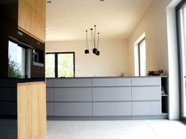 Kuchnia : fronty fornirowane + szary lakier w wykończeniu matowym