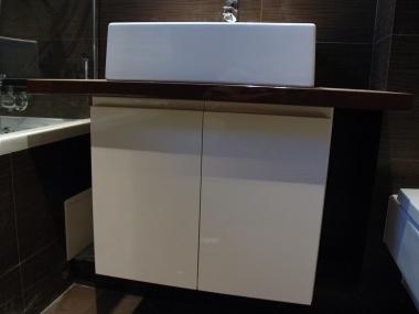 Łazienka, szafy, umywalka nablatowa