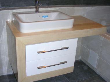 Łazienka, wykończenie jasną imitacją drewna