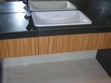 Łazienka wykończona drewnianą okleiną