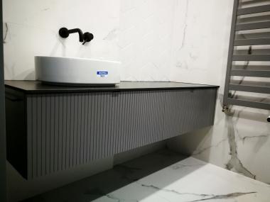 Łazienka - szafka z frezowanymi frontami i cienkim blatem