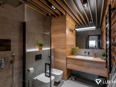 Łazienka z deskowaniem na suficie