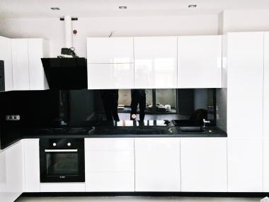 Nowoczesna kuchnia biało-czarna