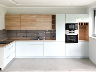 Nowoczesna kuchnia - drewno + jasnoszare fronty