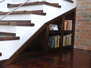 Salon, półka pod schodami