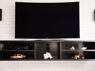 Salon, podwieszana półka pod telewizorem