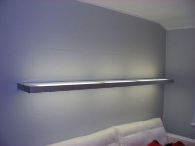 Salon, podświetlona półka