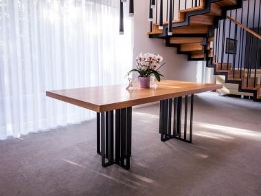 Stół na stalowych nogach