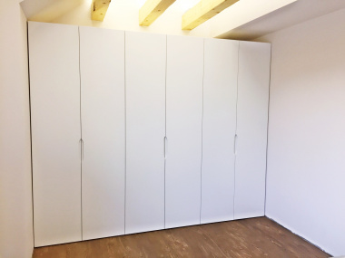 Białe szafy do zabudowy, uchwyty frezowane na części frontu