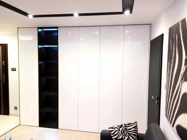 Szafa z podświetlanymi otwartymi półkami