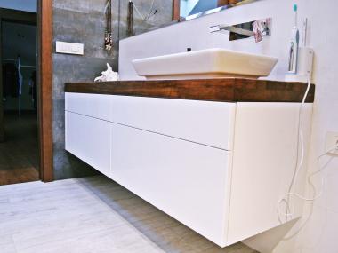 Szafka łazienkowa z drewnianym blatem.