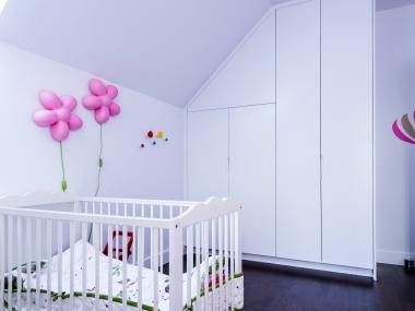 Szafy w pokoju dziecięcym na poddaszu