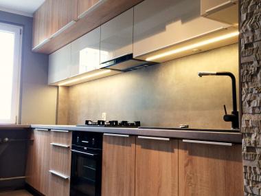 Wąska kuchnia (drewno+beton)