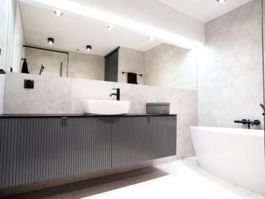 Zabudowa łazienki - fronty lakierowane z nacięciami