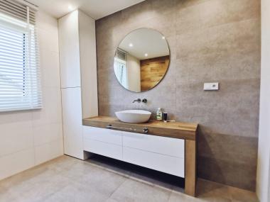 Zabudowa łazienki w białym lakierze