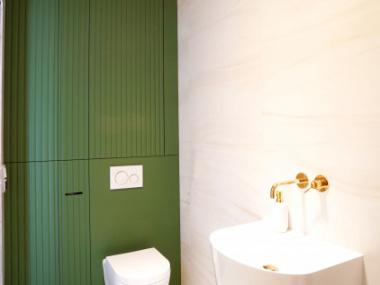 Zielona zabudowa w łazience